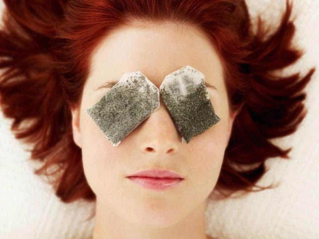 Chườm mắt với túi trà lọc đã qua sử dụng được ướp lạnh giúp giảm mỏi mắt hiệu quả