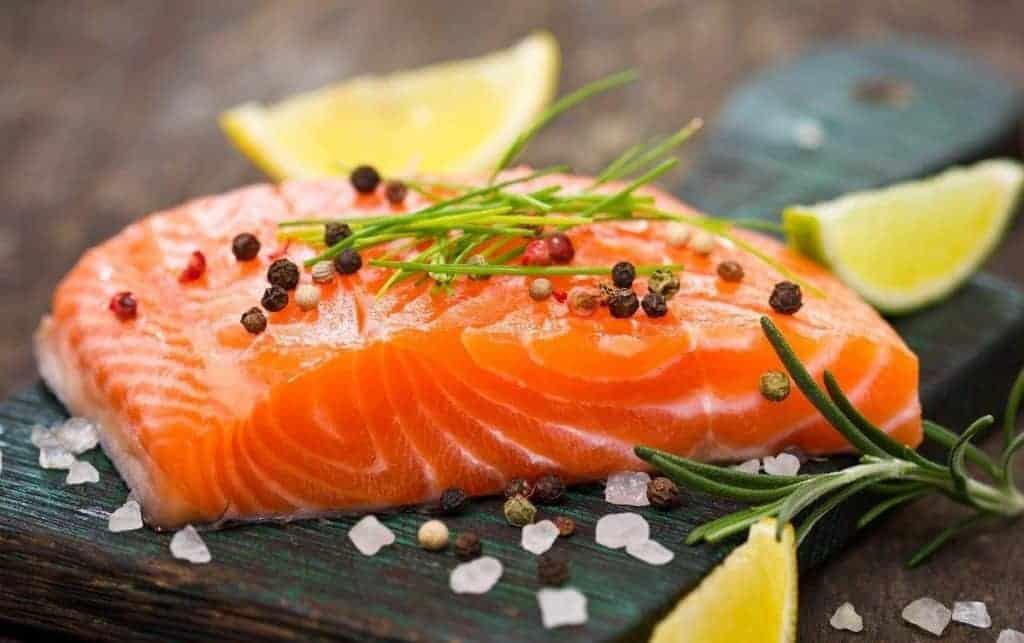 Cá hồi là nguồn cung cấp omega 3 giúp tăng thị lực cho mắt