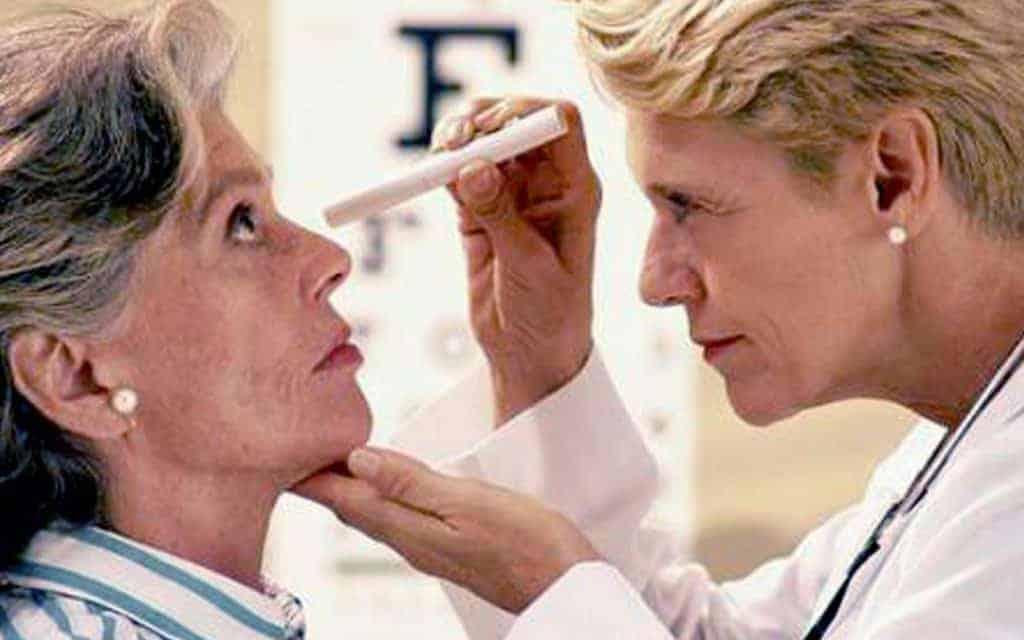 Người già gặp rất nhiều vấn đề về mắt như khô mắt, thoái hóa điểm vàng,...