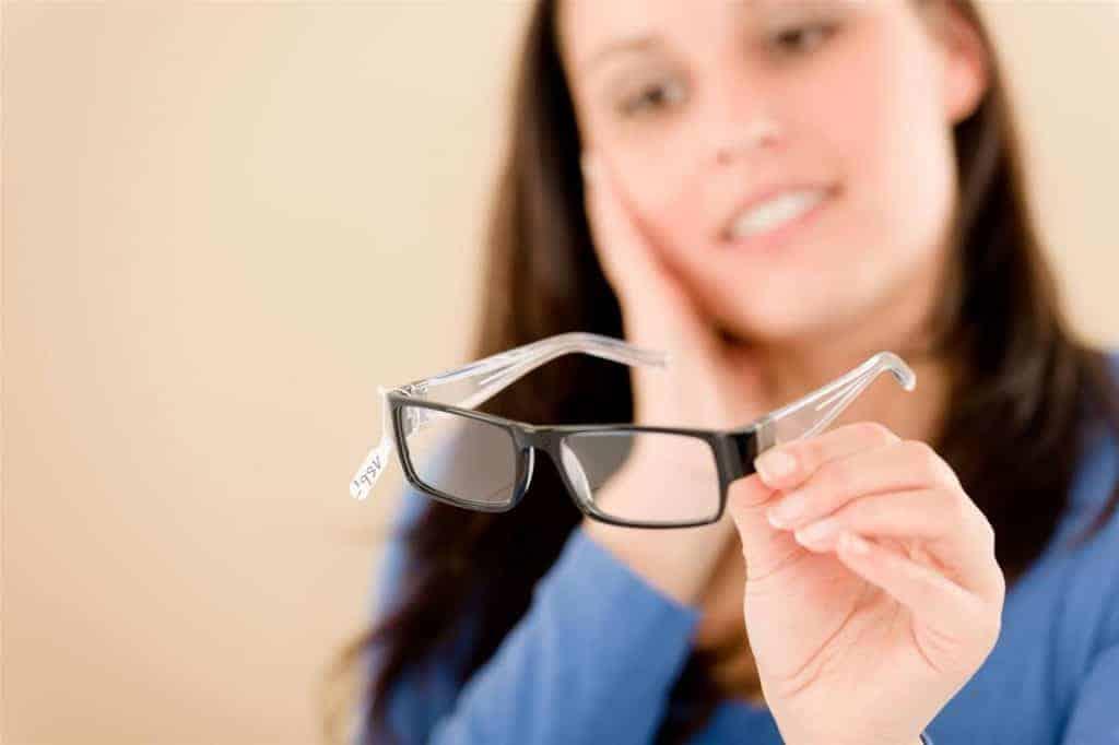 Ít đeo kính sẽ giúp mắt tự điều tiết, hạn chế tình trạng tăng độ