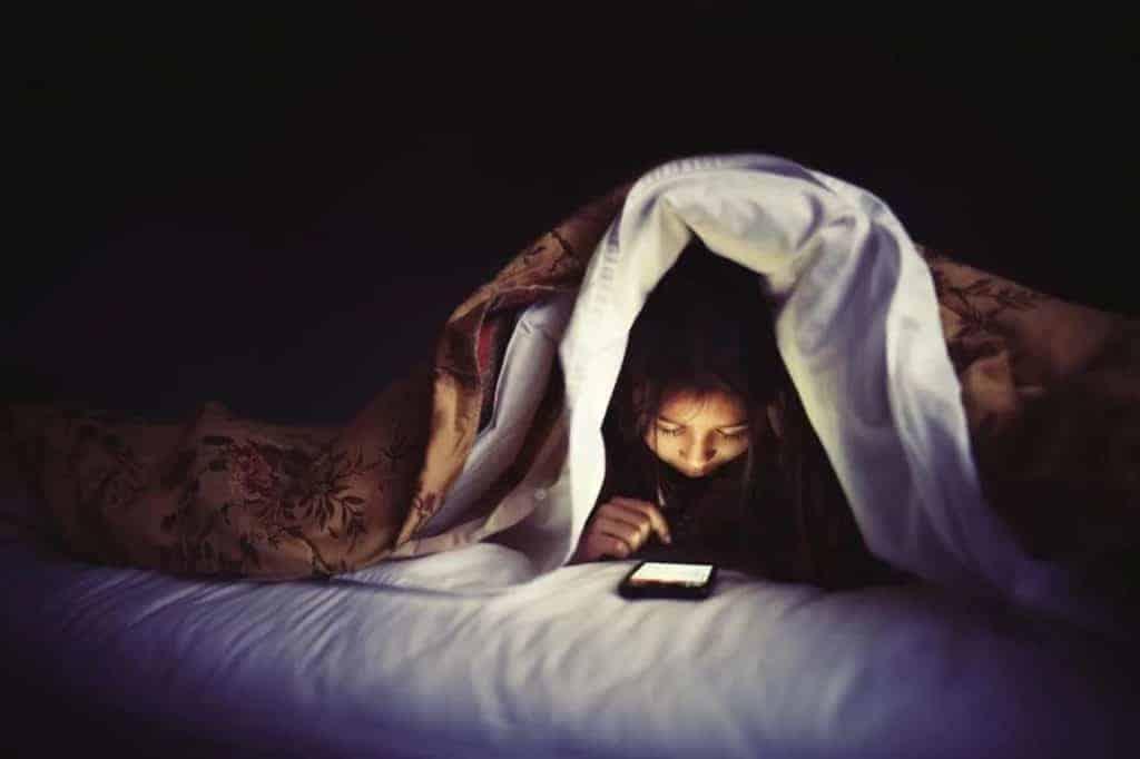 Dùng điện thoại, laptop ban đêm có thể gây mỏi mắt, khô mắt, giảm thị lực