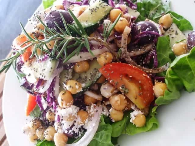 Hạt chia được trọn với salad và các món ăn khác