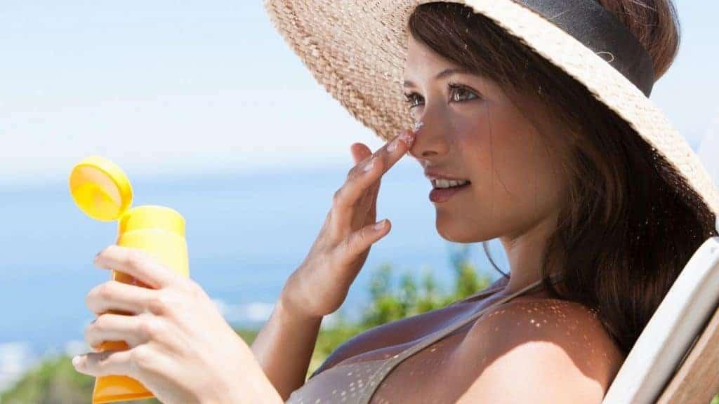 Muốn chống lão hóa da mặt, hãy tập thói quen bôi kem chống nắng khi ra ngoài