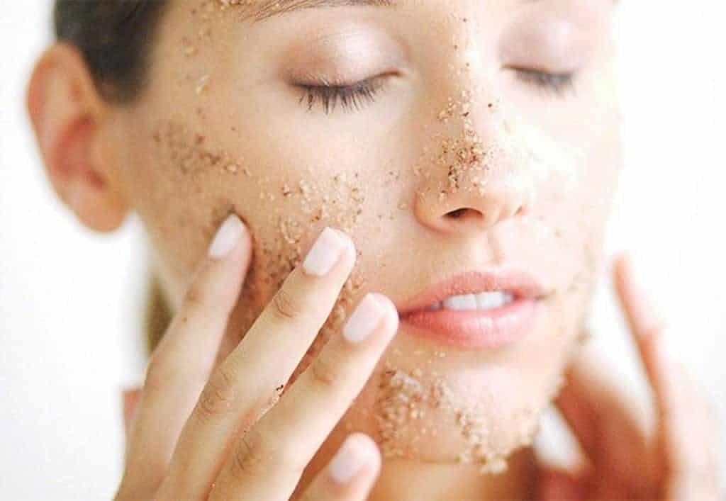 Tẩy da chết giúp làn da hấp thu các dưỡng chất có trong kem dưỡng tốt hơn
